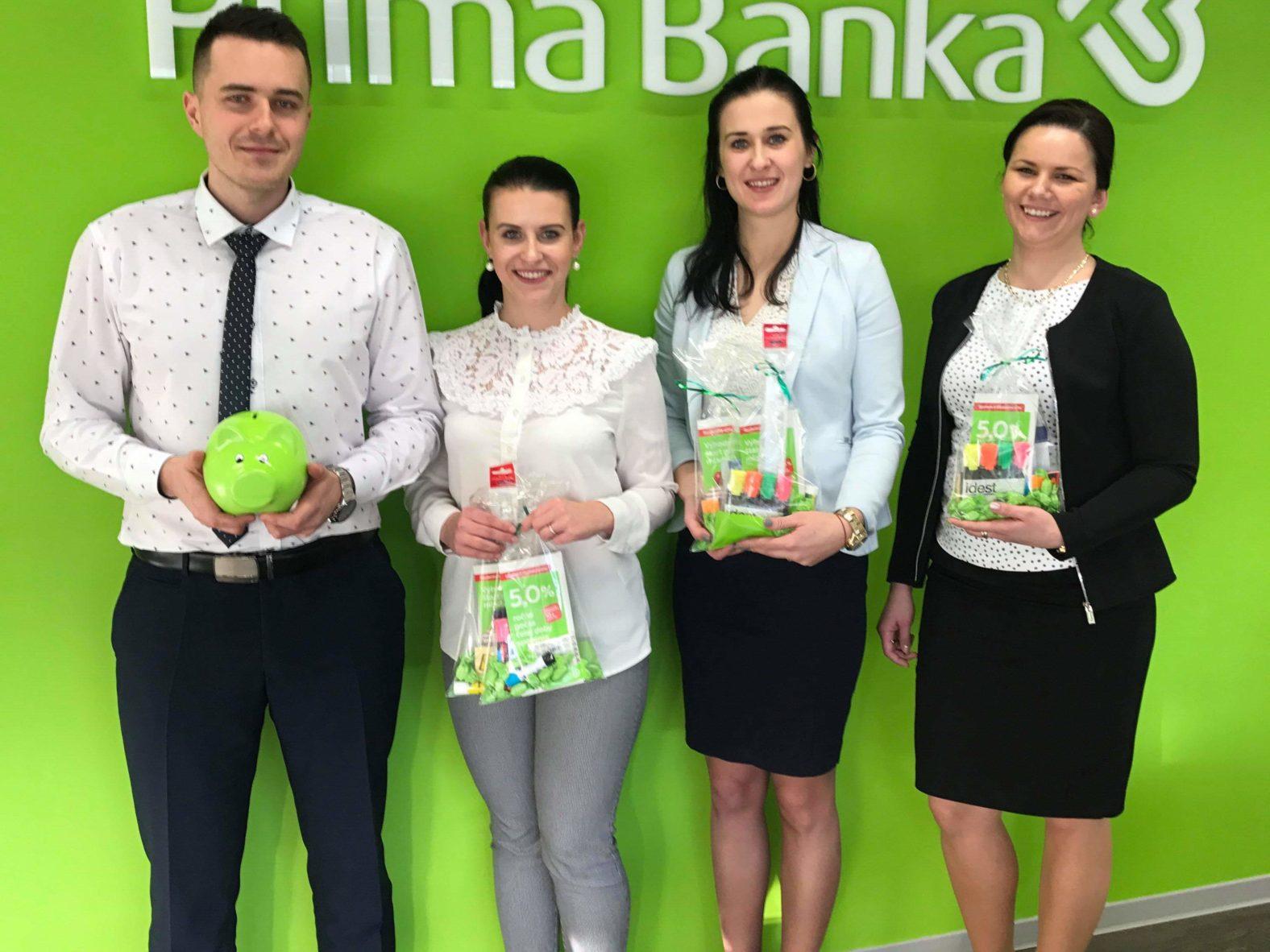 bankárky s balíčkami. Prima banka v Stropkove nedávno reklamnými balíčkami podporila našich nadaných 9-ročných futbalistov